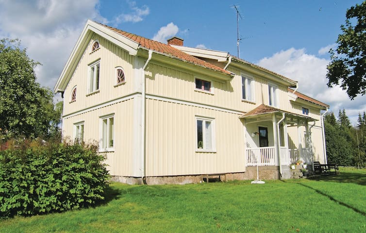 Former farm house with 4 bedrooms on 180m² in Marieholms bruk