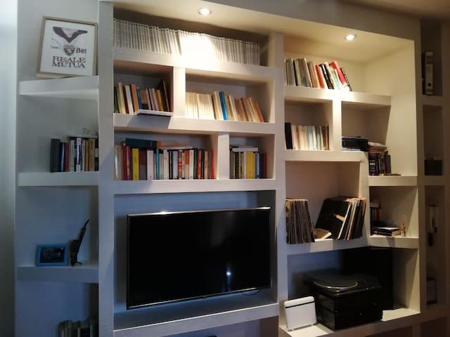 Libreria, giradischi e TV
