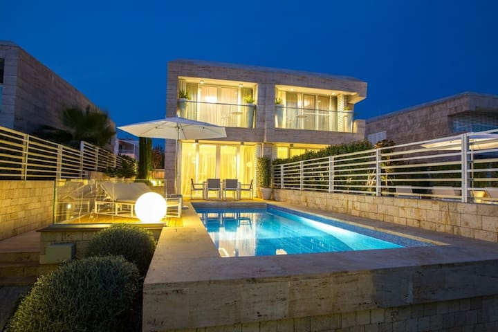 Luxury villa with  pool and sea view ,15 m distant from the sea !