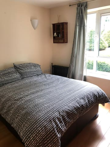 Spacious apartment 40 min from Central London