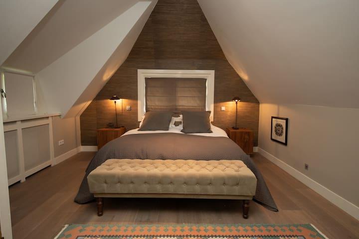 Luxurious 1st  bedroom with en-suite bathroom