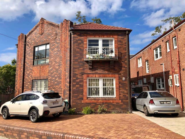 Beautiful 2 bed modern unit, 5 mins from the beach
