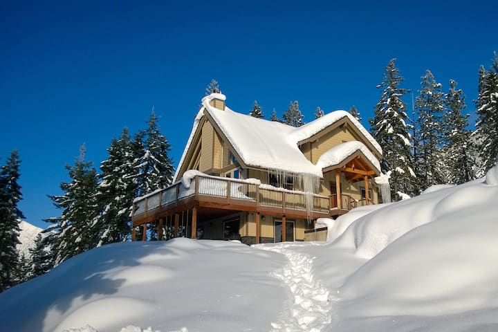 Secluded mountain lodge overlooking Cle Elum Lake -near historic downtown Roslyn