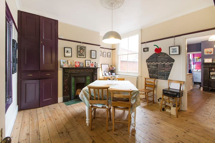 Cake Towers: Quirky, friendly Victorian house - Wolverton