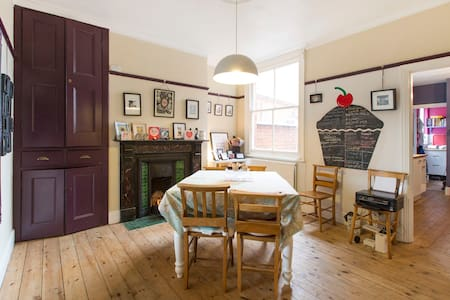 Cake Towers: Quirky, friendly Victorian house - Wolverton - Haus