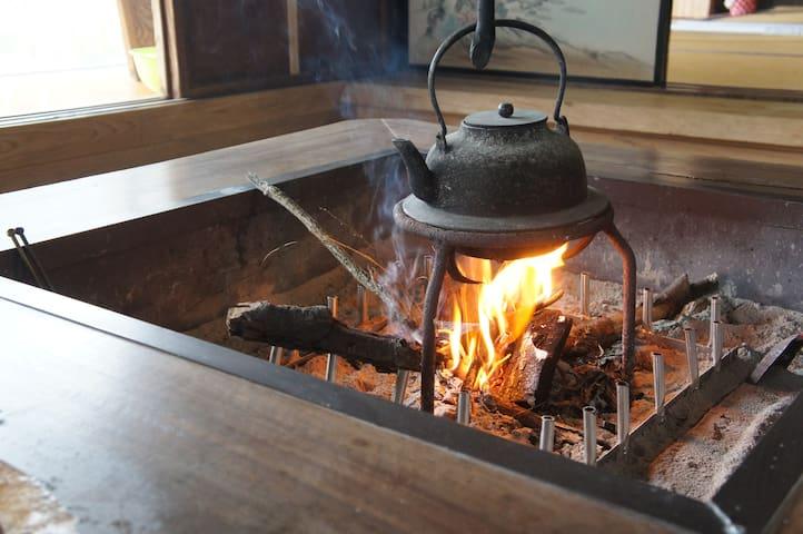 囲炉裏は使えます。BBQなどもOK
