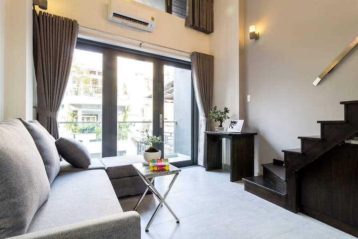 Spacious balcony loft getaway from noisy streets - Ho Chi Minh City - Appartement