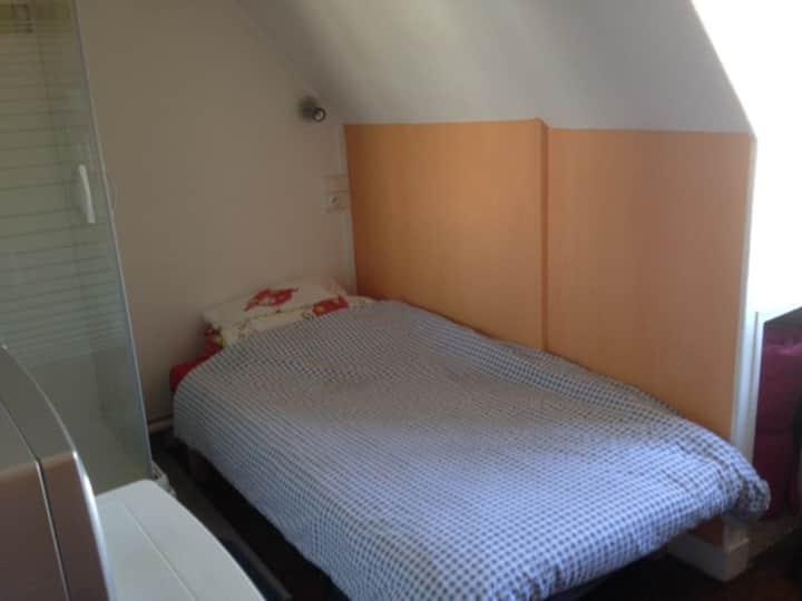 petite chambre sympa au 8ème étage