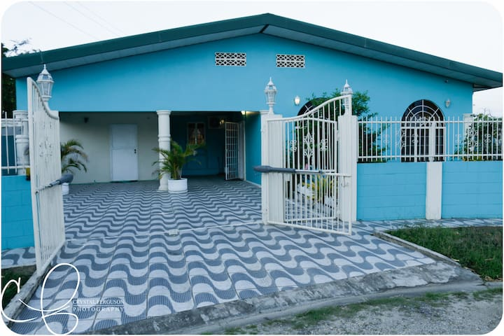 Modern 4 Bedroom Home - Arima - Huis