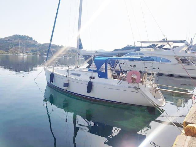 piraeus sailing boat room
