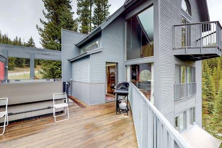 Modern ski-in/out cabin w/hot tub, sauna & forest views - dogs OK!