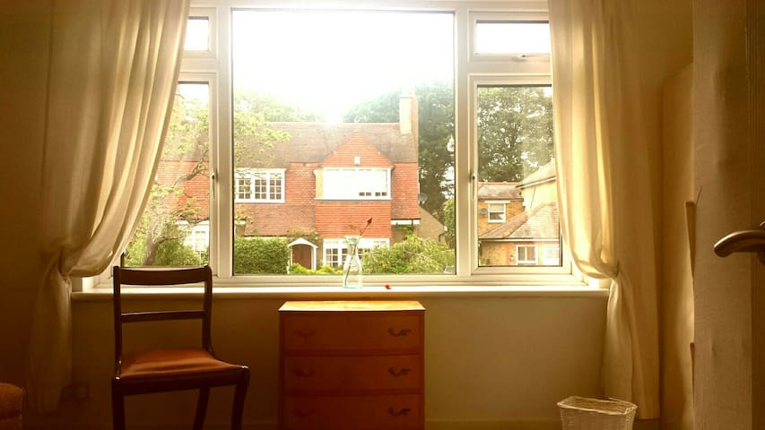 Spacious studio style room - Buckhurst Hill - Квартира