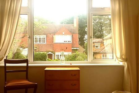 Spacious studio style room - Buckhurst Hill - Appartement
