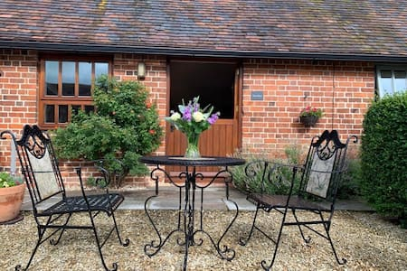 Dog Friendly Idyllic Barn with Patio & Paddock
