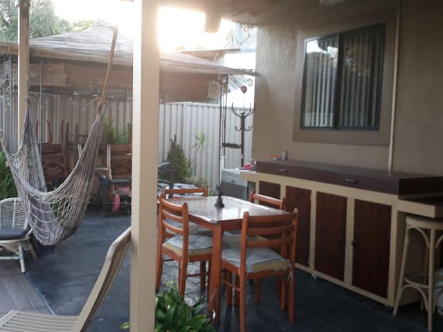 Comfortable room close to everything - Revesby - Huis