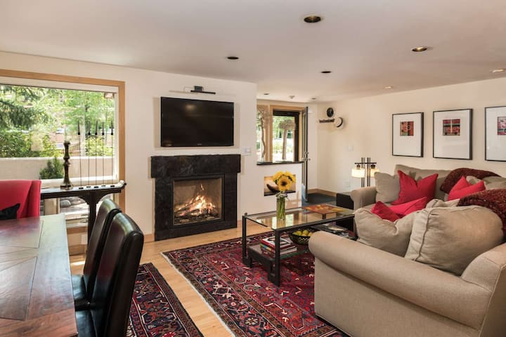 Walk to Aspen Highlands & Shuttle to Maroon Bells. Great For Friends or Family! Large Deck, Parking