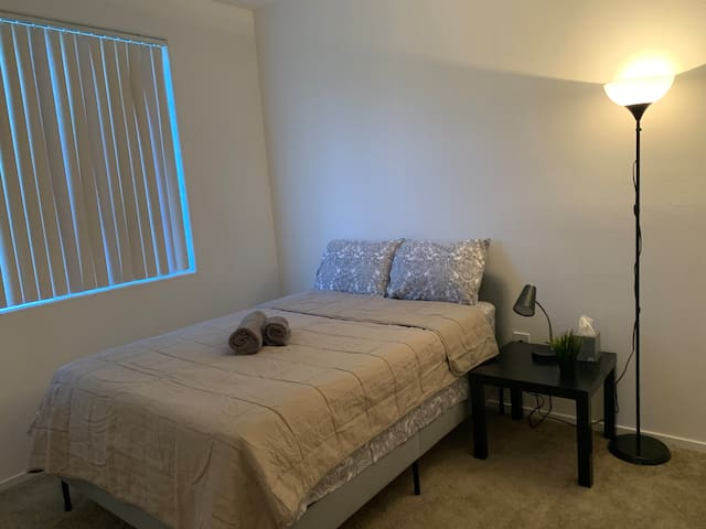 Private Bedroom & Bath 10 minutes from the strip!