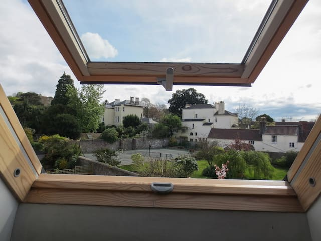 Lovely large double bedroom with private bathroom - Bristol - House