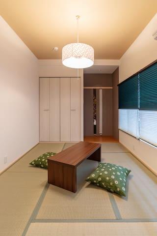 2F : Traditional Japanese-style tatami room.