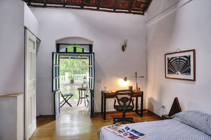 AC Queen Bed and Bath in Coworking Heritage Villa