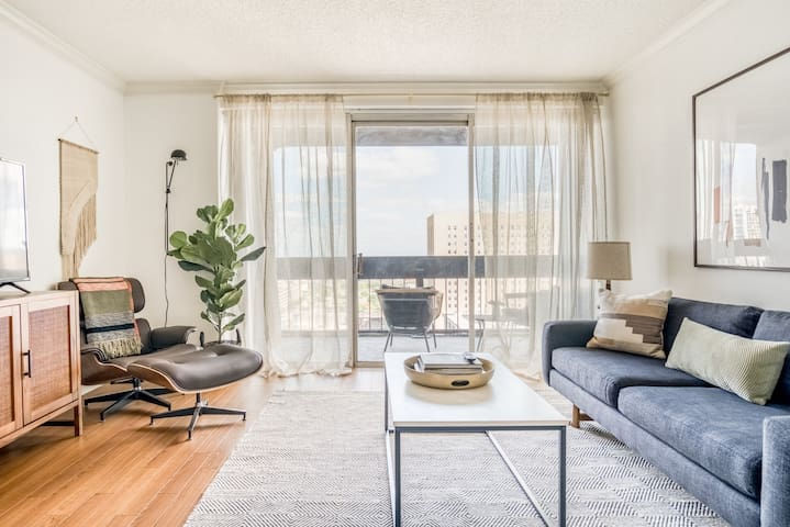 Stylish midcentury living & downtown views by Lodgeur