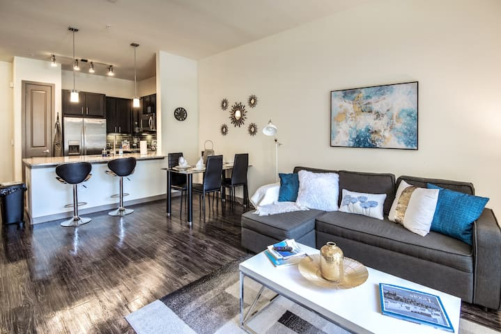 Upscale condo close to Downtown - Parking included