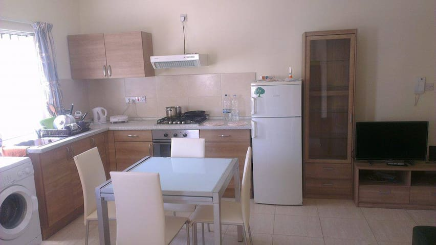 Private double bedroom in modern apartment - Mosta - Daire
