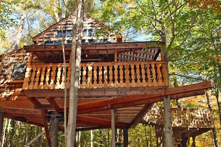 Amazing Two-Story Treehouse Near Skiing and Lake - Newbury - Rumah Pohon