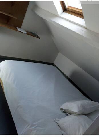 Chambrette sous le toit (sud ouest)
