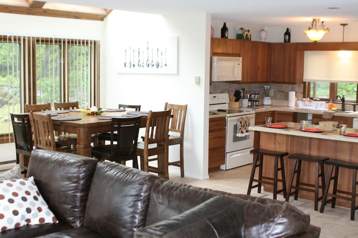 Renovated Camelback Townhome - Cozy - Sleeps 10 - Tannersville