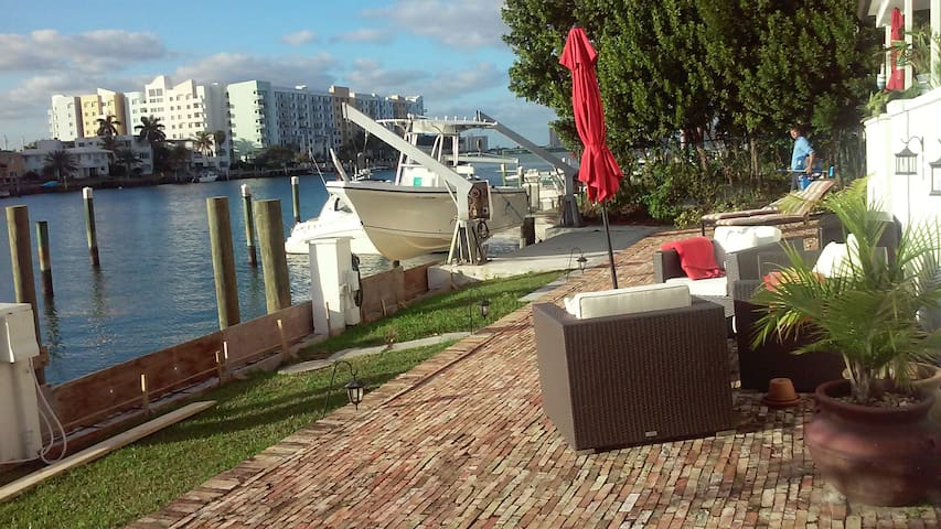 FULLY RENOVATED 2/2  ON THE BAY! - North Bay Village - Leilighet