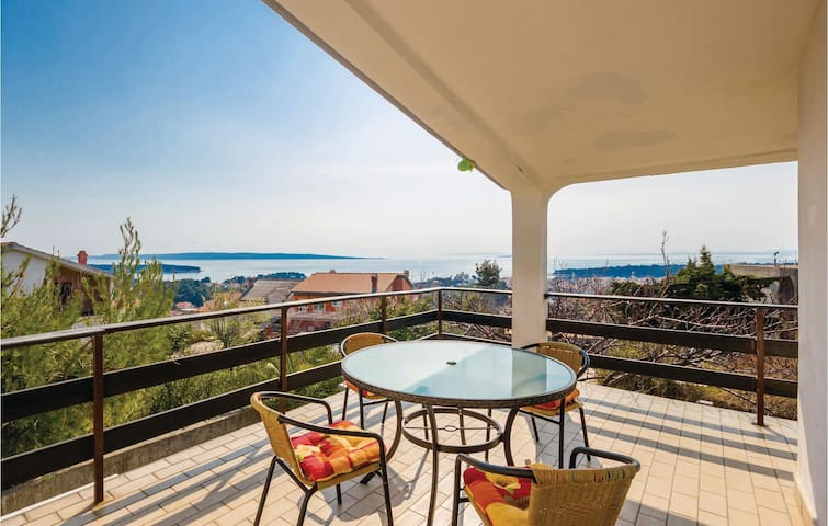 Holiday apartment with 2 bedrooms on 64 m² in Mundanije