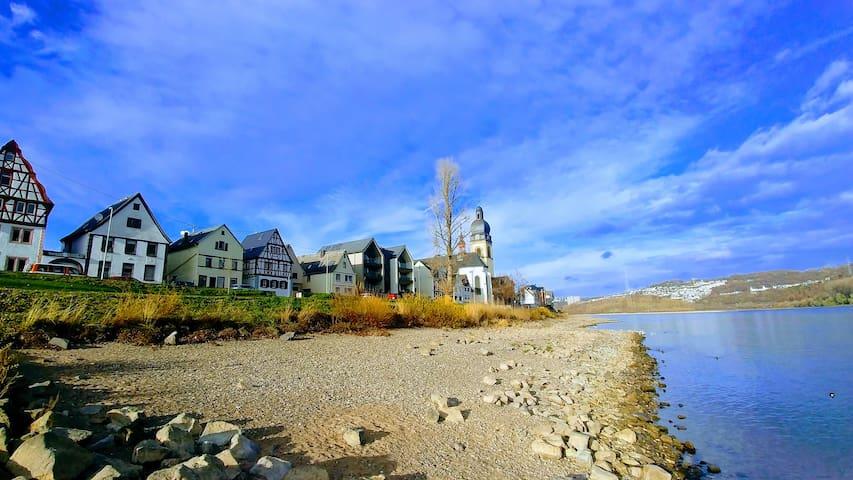 Die Uferfront mit unserem Ferienhaus bei Niedrigwasser 2018