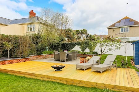 CROYDE STONESTHROW | 4 Bedrooms | Level, short walk to beach from this stylish home
