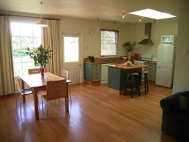 Heritage Forest Cottage + Studio  - Free NBN - Invermay - House