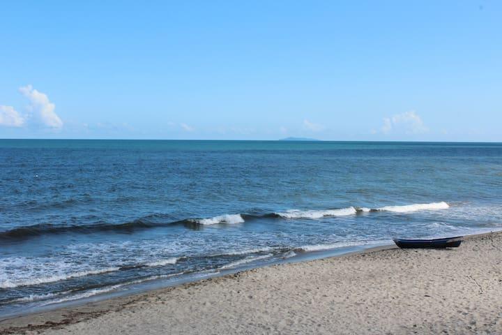 Beautiful Beachside Bungalow - La Ceiba  - Vila