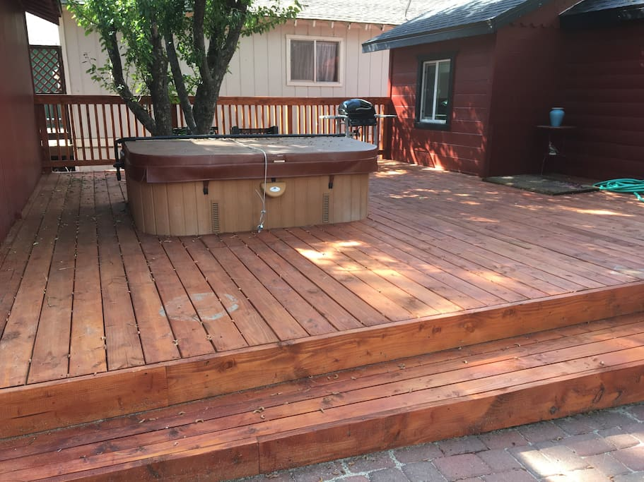 beautiful spa under the stars. brand new deck...