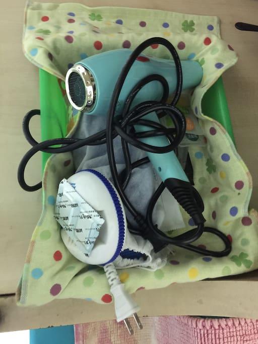 附上盥洗用品:牙刷,洗髮精,沐浴乳,浴帽,梳子/吹風架/蚊香/室內拖鞋
