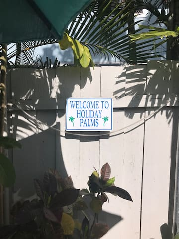 Welcome to Holiday Palms!
