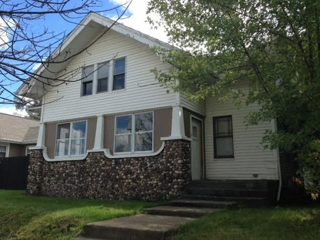 BIG 5 br 2 ba home for big groups-easy walk to ND!