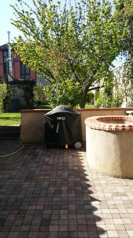 terrasse avec vue sur le jardin, pour profiter de bons barbecues au soleil