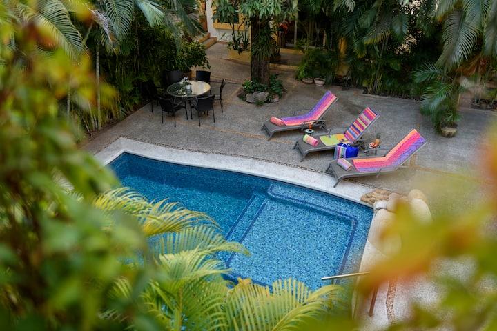 Habitación en Zona Romántica, piscina salinizada.
