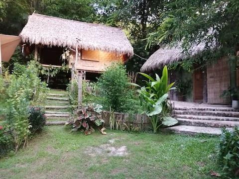 Bungalow en bambou vue sur le Mekong et le Laos. 15 km de chiang khong