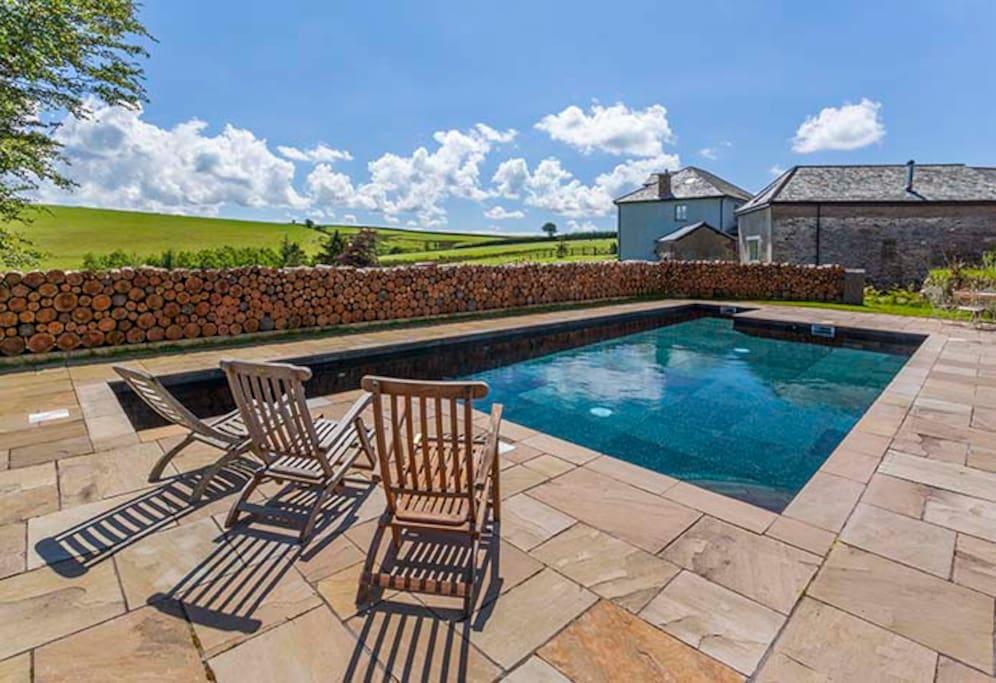 pool heated to 30 deg mid May till mid Sept