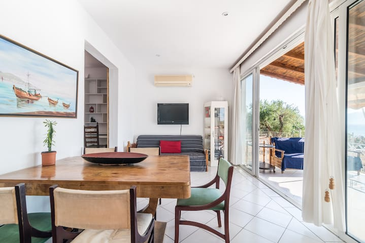 The lounge and the dining area connect with the front sea view veranda.