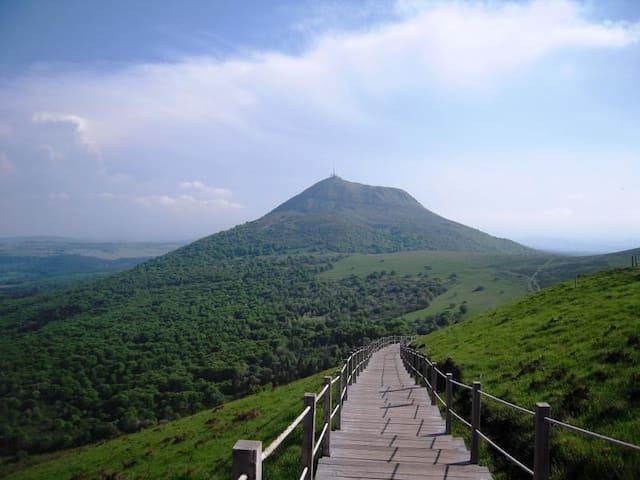Le Puy-de-Dôme est à 20 km