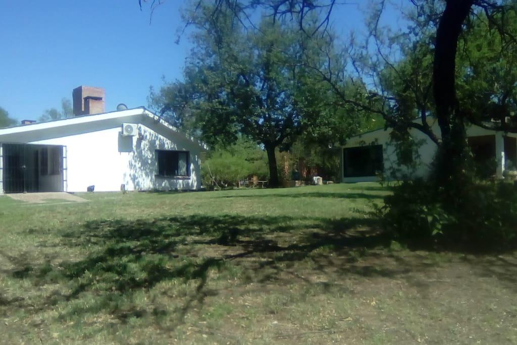 Vista de la casa y el quincho