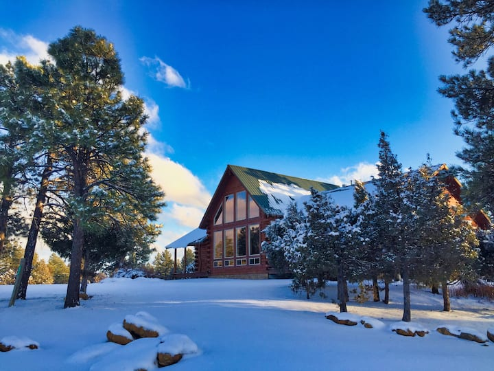 Timber Lodge Family Log Hm w/ View, & AC Near Town