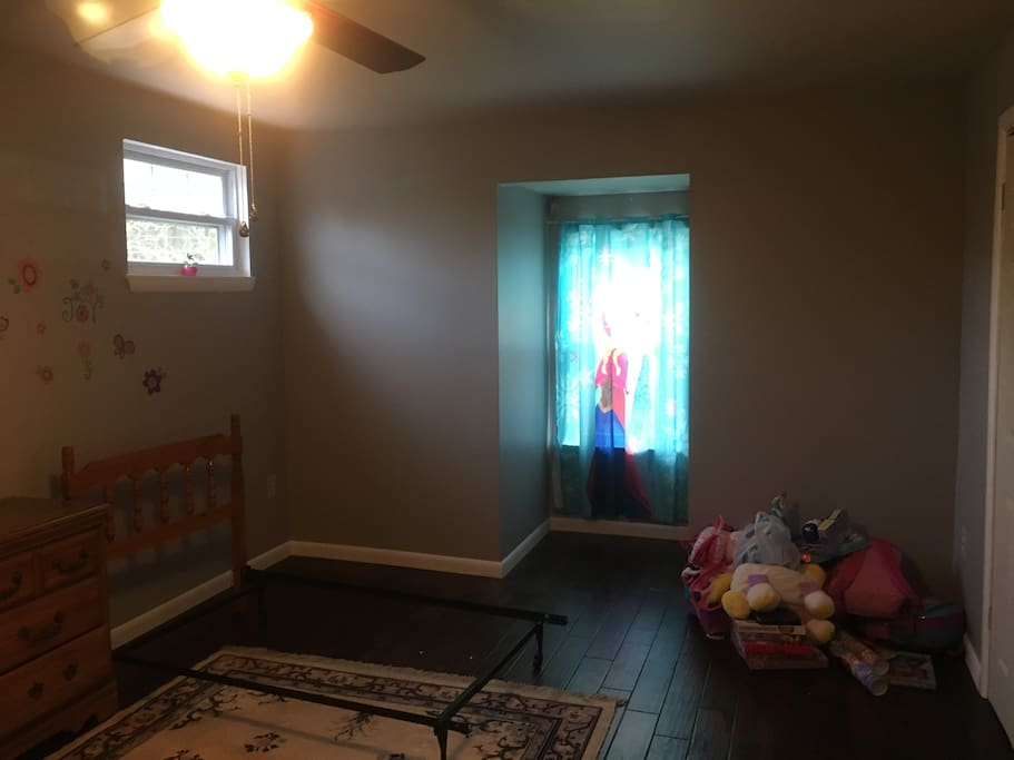Room also has walk in closet approx 5x7.