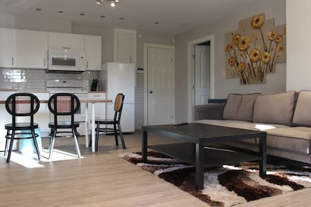 Modern, private suite in Harbour Heights